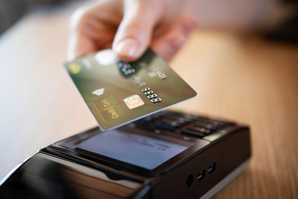 Marad a 15 ezer forintos limit a vásárlásnál, ez alatt nem kell a PIN-kód